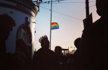 #halfmast #sunset #rainbowflag #orlando #vigil #sf4orlando #endgunviolence #stopgunviolence #queer #pride #castrostreet #sanfrancisco #bayarea #queen #crown #pixelstud @cityofsanfrancisco