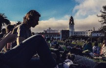 Busy days at #dolorespark are sunny, full of strangers with hot dog shaped balloons and Maroon5. BUT what I find in happiness is when #karlthefog whirls in. Was going to hashtag: darkhorse but it's a Katy Perry video. #pixelstud